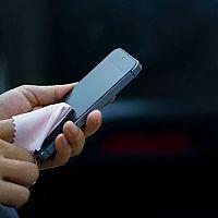 Čištění dotykového displeje smartphonu a tabletu. Jak dezinfikovat mobil a odstranit škrábance z displeje?