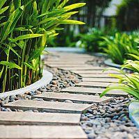 Úprava chodníků na zahradě (chodníky ze štěrku, betonu, kamínků, šlapáky do trávy)