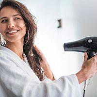 Jak vybrat domácí nebo cestovní fén na vlasy? Nejlepší je s ionizátorem