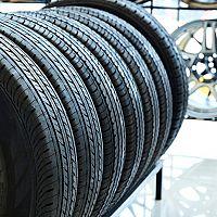 Jak správně skladovat pneumatiky mimo sezónu? Poslouží stojan či služba uskladnění pneumatik