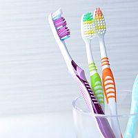 Plusy a mínusy klasických zubních kartáčků. Víte, jak vybrat ten nejlepší?