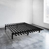 Černý rám postele z borovicového dřeva Karup Pace,140x200cm