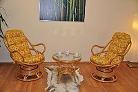 Axin Trading Ratanová souprava Swivel + stolek polstry žluté kopretiny