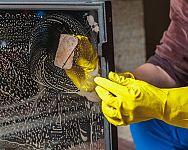 Jak vyčistit krbové sklo, vložku a vnitřek krbu? Pomůže i Kominíček!