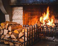 Jak správně topit v krbu: Jak správně založit oheň, vhodné dřevo a brikety na topení, skladování dřeva