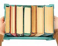 Co se starými knihami? Darujte je do knihovny, antikvariátu, za odvoz, vyrobte z nich obraz či lampu
