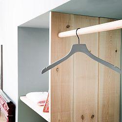 Šedo-zelené dřevěné ramínko na kabáty Compactor Hanger