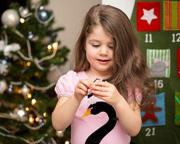 Adventní kalendář pro děti nejen se sladkostmi! Populární je dřevěný, se šperky či s kosmetikou.