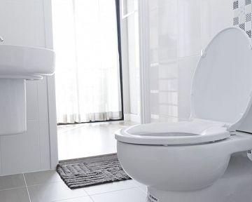 Zpomalovací WC sedadlo s automatickým sklápěním je hit. Jak změřit a vybrat správnou WC desku?