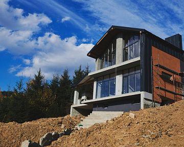 Stavba domu na svahu a svahovitém pozemku – výhody a nevýhody