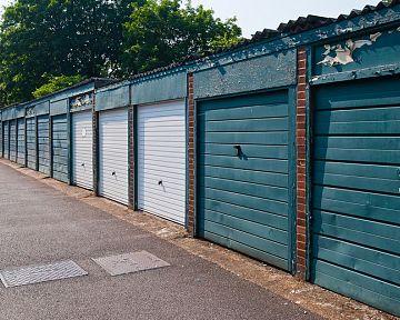 Daň z garáže: Kdo a jak podává daňové přiznání k dani z nemovitosti?