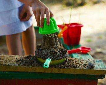 Návod, jak udělat kvalitní pískoviště pro děti, co dát pod pískoviště a jaký písek použít