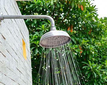 Zahradní sprcha – solární přenosná, nebo zděná? Montáž, cena, zkušenosti
