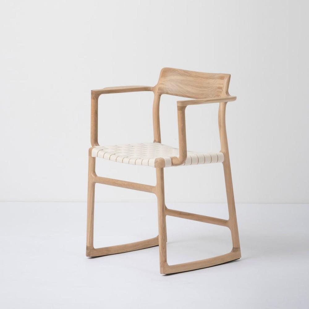 Jídelní židle z masivního dubového dřeva s područkami a bílým sedákem Gazzda Fawn