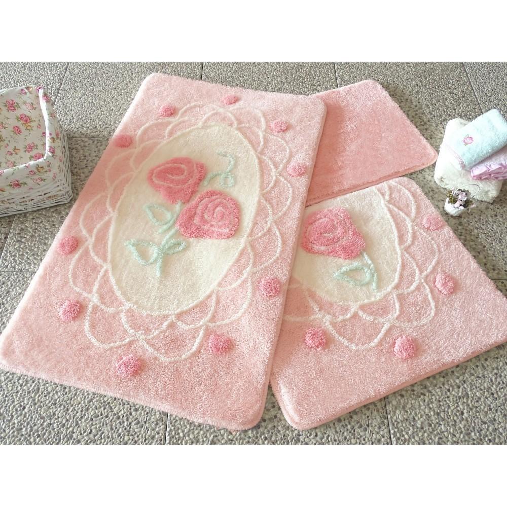 Sada tří růžových koupelnových předložek s motivem růží Knit Knot