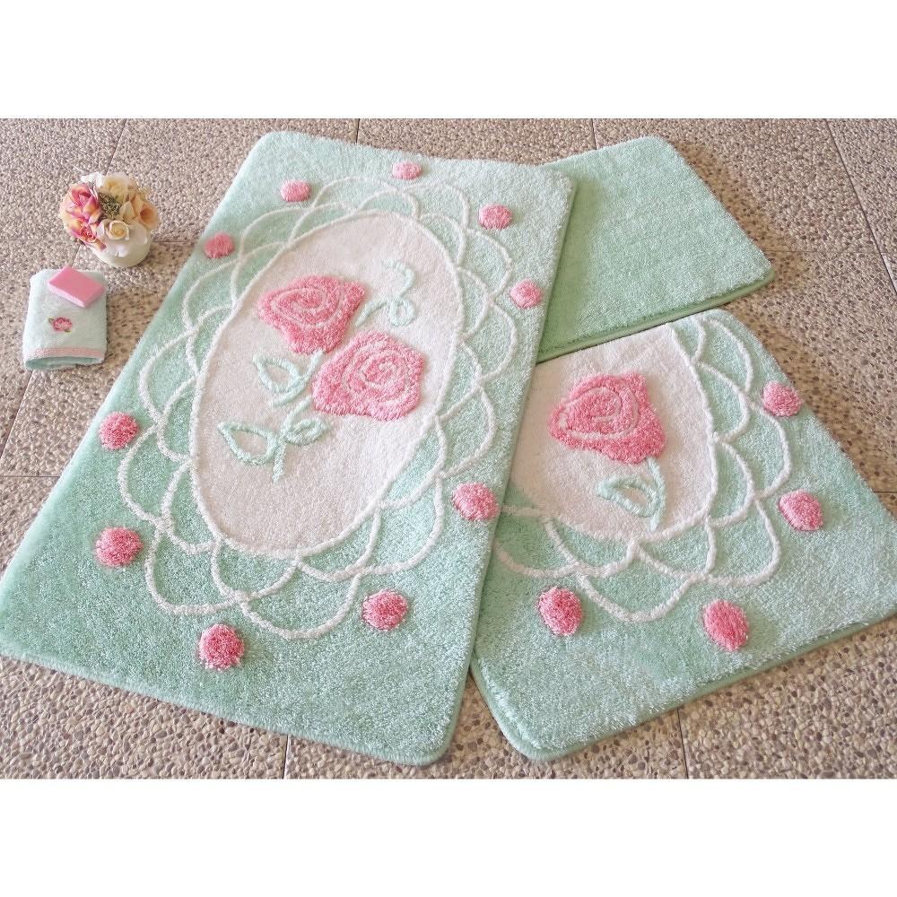 Sada tří zelených koupelnových předložek s motivem růží Knit Knot