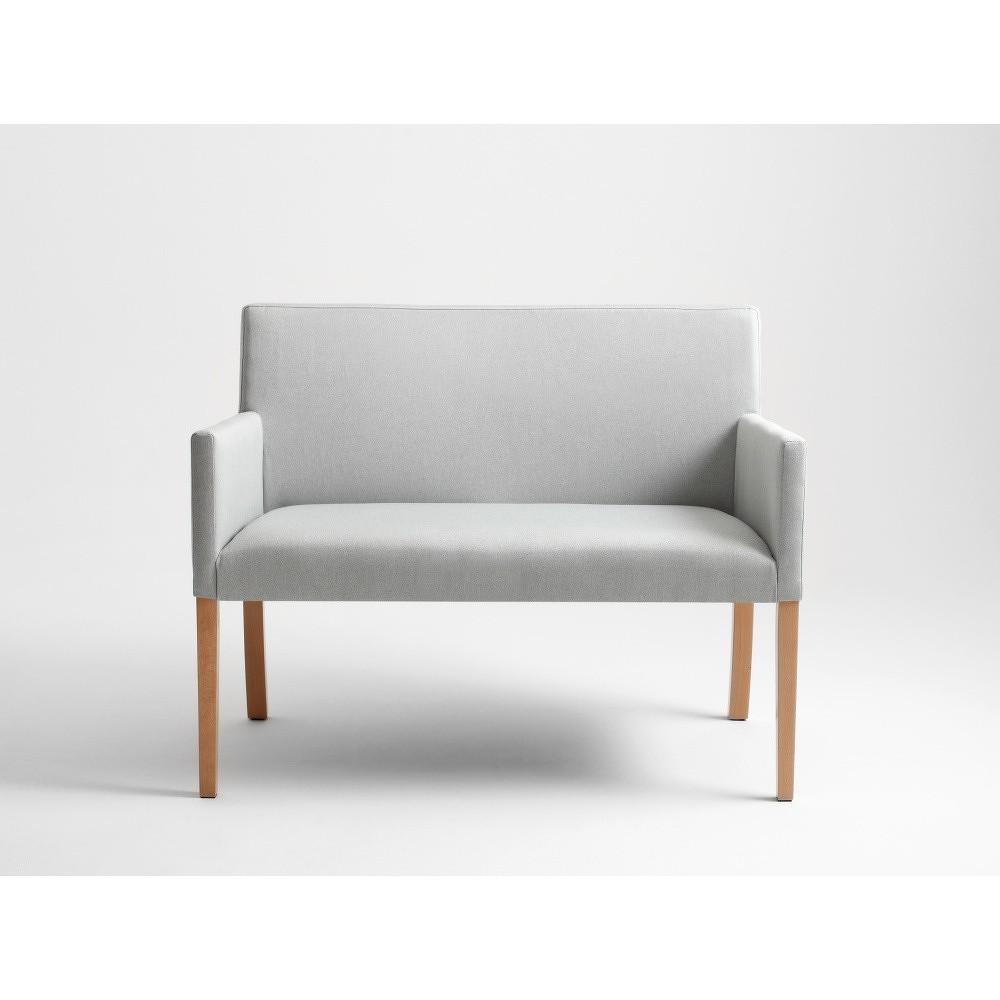 Světle šedá lavice s přírodními nohami Custom Form Wilton