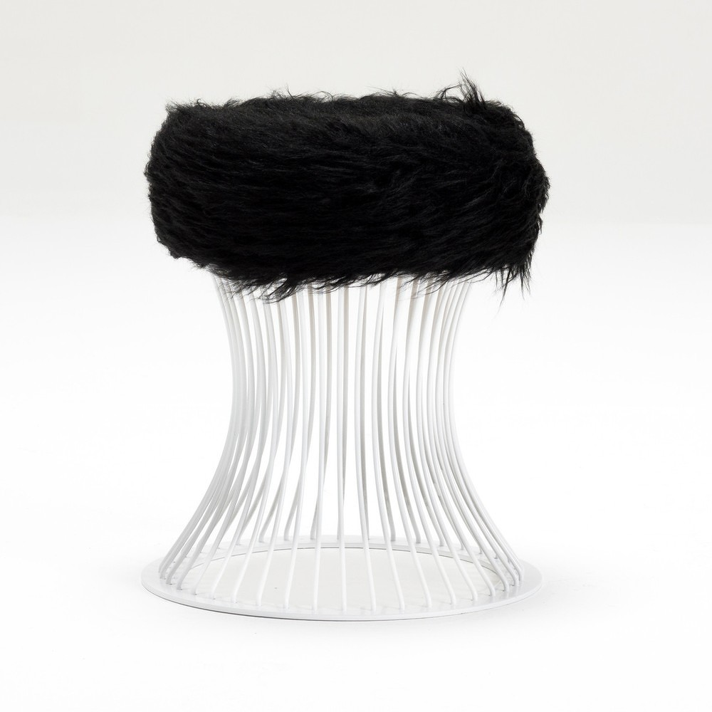 Taburetka se sedákem z černé umělé kožešiny Balcab Home Milly